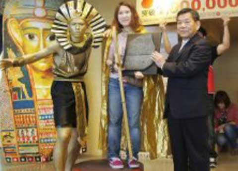 EGYPTIAN NUMBER The one millionth visitor to the Bolton Museum exhibition in Kaohsiung, Taiwan, receives commemorative gifts