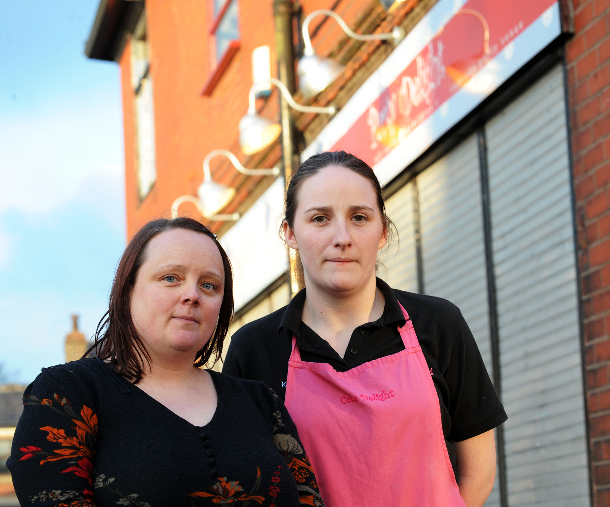 Cake shop shuts over Deane robbery fears