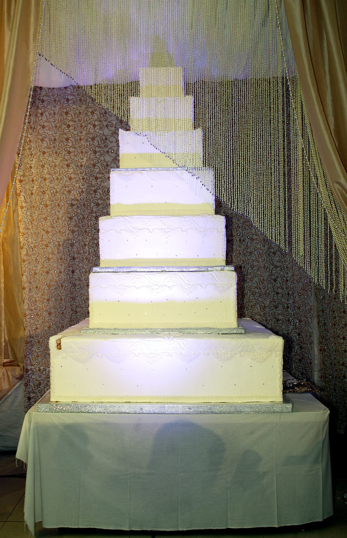 Wedding cake to feed 5,000 given to charity