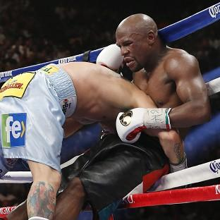 Floyd Mayweather, right, extende