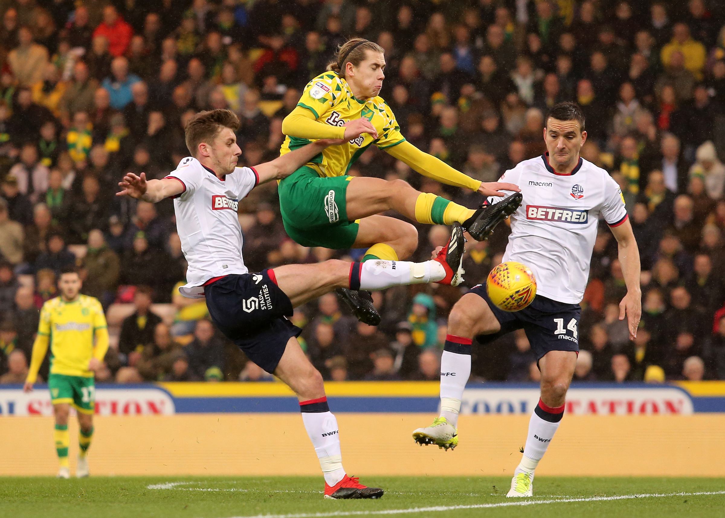 Bolton Wanderers' Craig Noone & Jack Hobbs crowd out Norwich City's Todd Cantwell